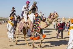 穿传统Rajasthani礼服的骆驼和印地安人参加先生 作为沙漠节日一部分的沙漠比赛在Jaisalme 图库摄影