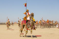穿传统Rajasthani礼服的骆驼和印地安人参加先生 作为沙漠节日一部分的沙漠比赛在Jaisalme 免版税库存图片