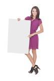 穿便服的美丽的妇女拿着空白的委员会 免版税库存照片
