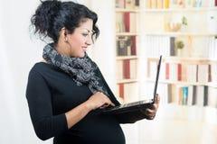 穿便衣的怀孕的西班牙妇女在 免版税库存图片
