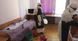 穿充分的埃博拉病毒保护制服的两位无法认出的医生或护士在撤离以后消毒室  股票视频