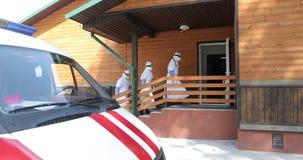 穿充分的埃博拉病毒保护制服Â的三位无法认出的医生或护士进来患者的家 紫色的 影视素材