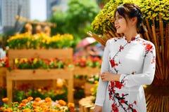 穿全国传统衣物, Vietna的亚裔秀丽妇女 图库摄影