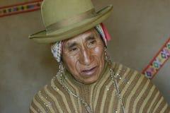 穿典型的安地斯山的长袍的当地秘鲁人 库存照片