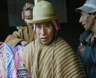 穿典型的安地斯山的长袍的当地秘鲁人 免版税图库摄影
