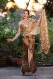 穿典型的泰国礼服的泰国妇女 免版税图库摄影