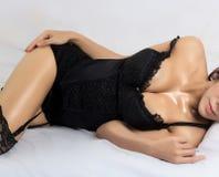 穿典雅的女用贴身内衣裤的年轻美丽的被晒黑的性感的亚裔妇女 免版税库存图片