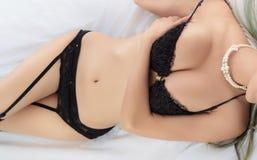 穿典雅的女用贴身内衣裤的年轻美丽的被晒黑的性感的亚裔妇女 免版税图库摄影