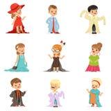 穿典雅的成人过大的衣裳的逗人喜爱的小孩设置了,假装的孩子是成人传染媒介例证 库存例证
