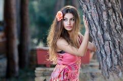 穿典雅的长的礼服的俏丽的妇女 免版税库存照片