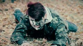 穿军服爬行,蛇神的受伤的男性逃脱从地狱 股票录像
