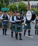 穿制服的战士和袋子管子球员在游行期间前进 免版税库存图片