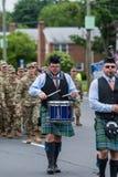 穿制服的战士和袋子管子球员在游行期间前进 库存照片
