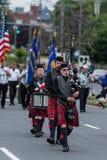 穿制服的战士和袋子管子球员在游行期间前进 库存图片