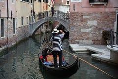 穿制服condolier在长平底船,威尼斯 免版税库存照片