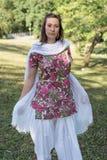 穿印地安礼服和围巾的俏丽的深色的妇女 免版税库存图片