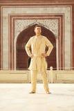 穿印地安衣裳的确信的白种人年轻人 图库摄影
