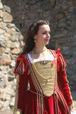 穿历史礼服的一个年轻美丽的女孩的画象在新生市场上 图库摄影