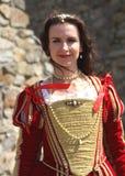 穿历史礼服的一个年轻美丽的女孩的画象在新生市场上 免版税库存照片