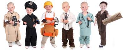 穿各种各样的职业性制服的男孩 免版税库存图片