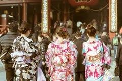 穿和服的传统日本妇女走往寺庙在Senso籍寺庙,浅草,东京,日本 图库摄影