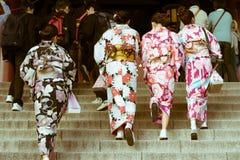 穿和服的传统日本妇女走往寺庙在Senso籍寺庙,浅草,东京,日本 免版税库存图片