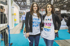 穿商展T恤杉的女孩在位2015年,国际旅游业交换在米兰,意大利 免版税库存照片