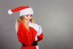 穿圣诞老人帮手服装的愉快的妇女 库存图片