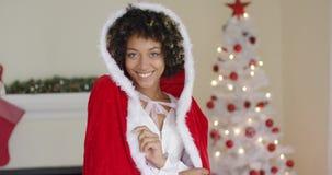 穿圣诞老人服装的华美的少妇 股票视频