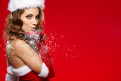 穿圣诞老人衣裳的性感的女孩 免版税图库摄影