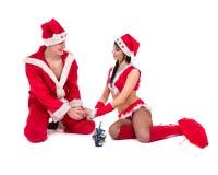 穿圣诞老人衣裳的愉快的新夫妇 库存照片
