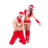 穿圣诞老人衣裳的愉快的新夫妇 免版税库存照片