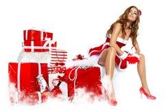 穿圣诞老人衣裳的美丽的性感的妇女 免版税库存照片