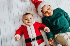穿圣诞节服装的两个滑稽的男孩的图象 库存照片