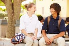 穿在学校校园里的高中学生制服 免版税库存图片