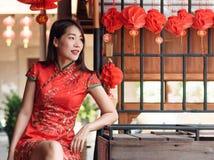 穿在春节节日的亚裔妇女红色传统礼服 库存照片