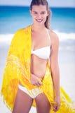 穿在海滩的俏丽的女孩一条布裙 免版税图库摄影