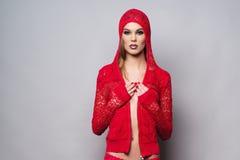 穿在灰色背景的妇女红色衣裳 免版税图库摄影