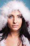 穿在蓝色的画象妇女圣诞老人服装 免版税库存照片
