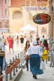 穿在街道上的妇女传统罗马尼亚衣裳 免版税图库摄影
