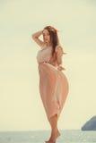 穿在跳船的妇女长的浅粉红色的礼服 免版税库存图片