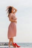 穿在跳船的妇女长的浅粉红色的礼服 库存图片
