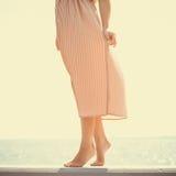 穿在跳船的妇女长的浅粉红色的礼服 免版税库存照片