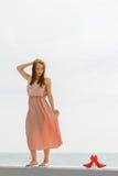 穿在跳船的妇女长的浅粉红色的礼服 免版税图库摄影