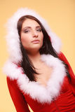 穿在黄色的画象妇女圣诞老人服装 库存图片