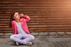 穿夏天或秋天桃红色夹克,白色牛仔裤,太阳镜的时髦的小女孩孩子 免版税图库摄影
