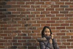 穿夹克的妇女在冬天期间在城市 免版税库存照片
