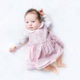 穿她的第一件礼服的小新出生的女婴 免版税库存照片