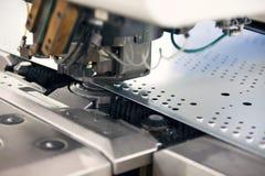 穿孔工业机器的金属 免版税库存照片