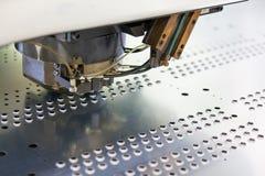 穿孔工业机器的金属 免版税库存图片